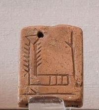 Pendentif portant un signe signifiant. Source : http://fr.wikipedia.org/wiki/Fichier:Pendant_EN_Louvre_AO7702.jpg