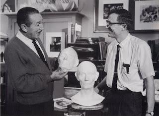 Foto de Walt Disney segurando sua escultura feita por Blaine Gibson