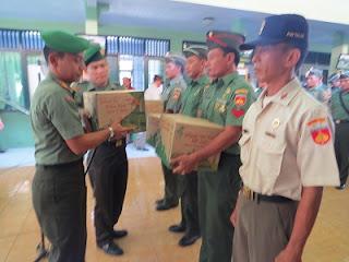 Parjurit TNI Kodim 0710/Pekalongan Diberi Bingkisan Oleh Pangdam