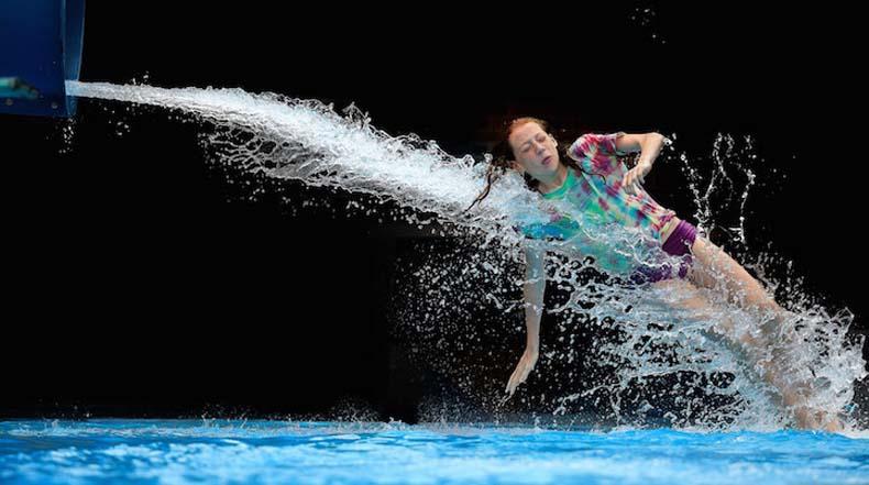 Fascinantes fotos de alta velocidad de gente saliendo disparados de un tobogán de agua