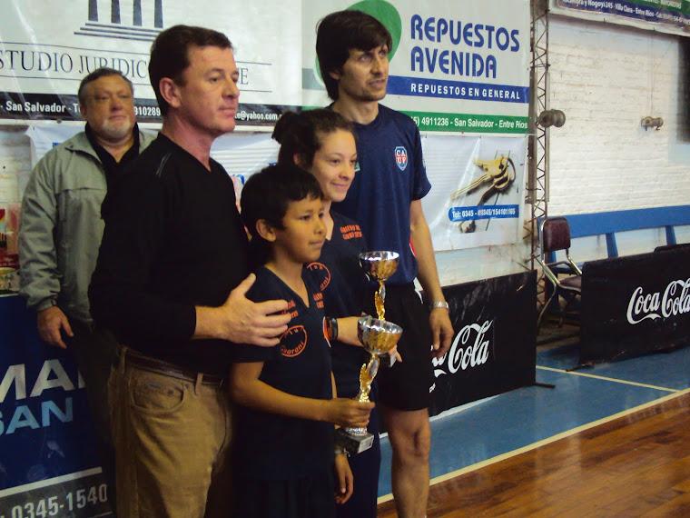 Premiacion de Rosita y Anabella  premio de Rosa recibe su hermano Gustavo