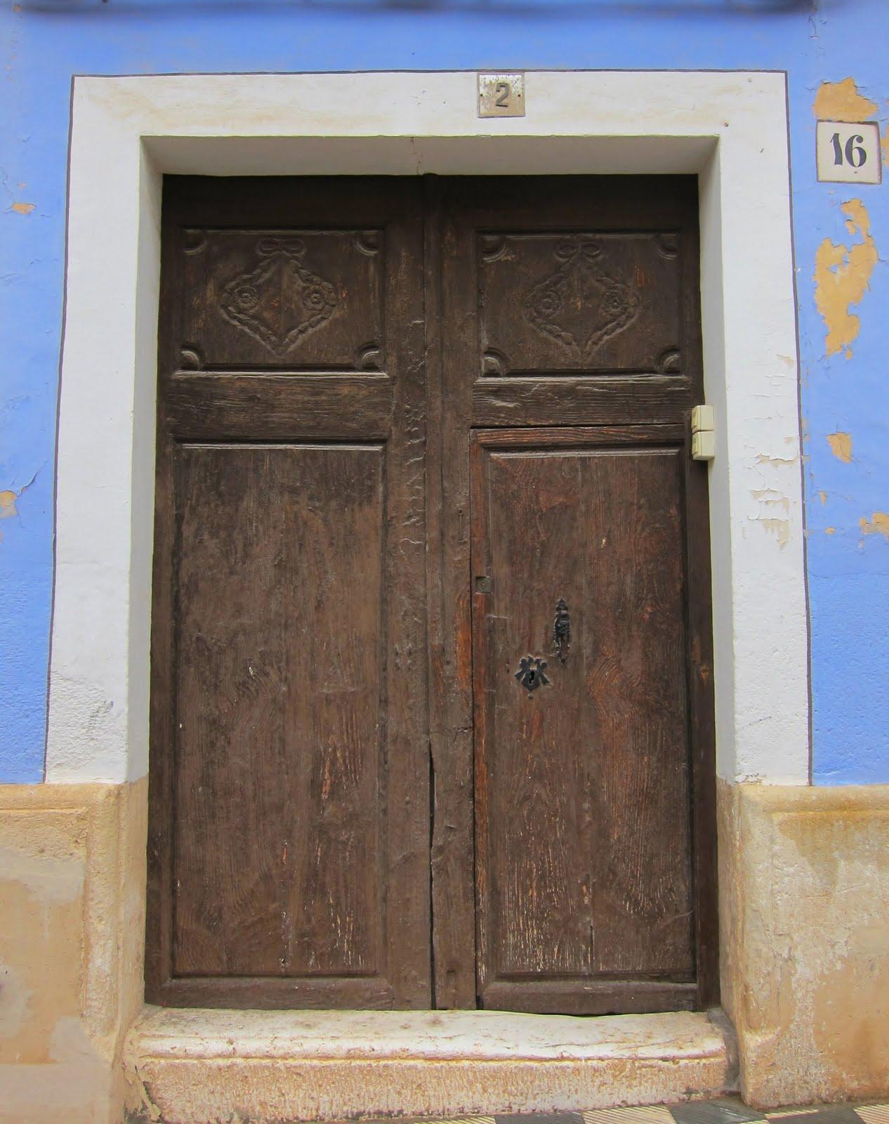 Apiarium puertas y portones de madera con solera for Puertas y portones de madera