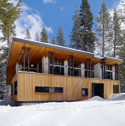 fachada de casa de madera en el hielo