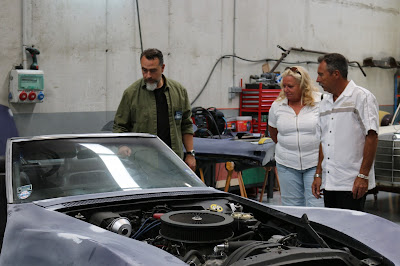 José Vicente Díez analisa um carro em cena da série - Divulgação