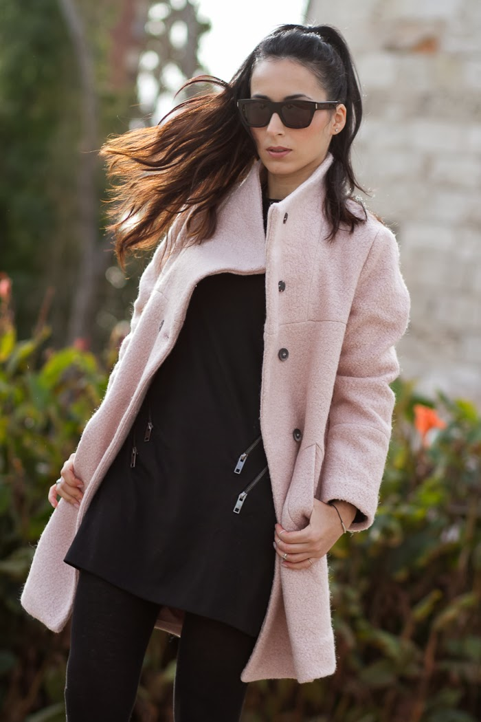 Fashion Blogger de Moda Valencia con Abrigo Rosa y vestido Negro con cremalleras