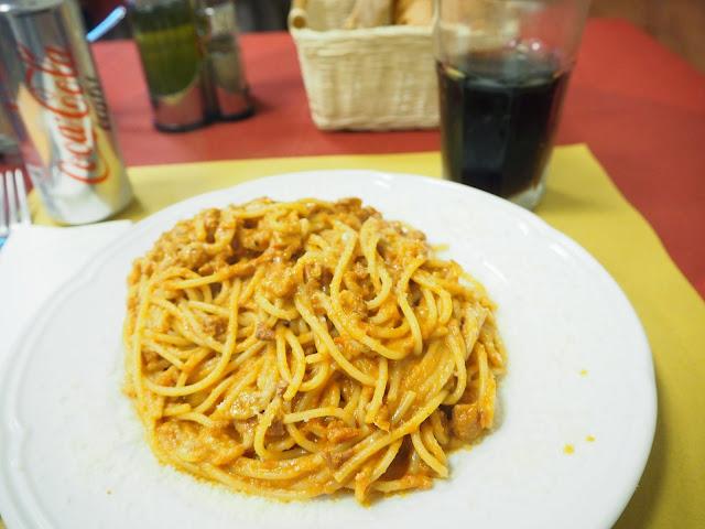 tratevere aukio, rooma, rome,cesar ristorante pizzeria, ristorante, pizzeria,  syö ja juo rooma, eat and drink rome, matkat, matka, travel, travelling, roma, italia, italy, tips, vinkit, ideat, ideas, ruoka, food, juoma, drinks, pasta, syödä, food, ruoka, italia, italialainen ruoka, kokemus, matkustaa, coca cola, pasta amatriacana, amatriacana, pekoni, possunniska, tomaatti, tomato,