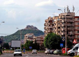 Ceatea Deva fotografiata din oras