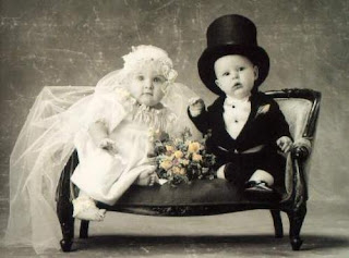 Bebes disfrazado de matrimonio