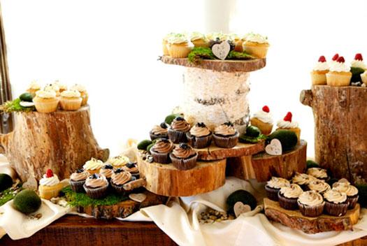 decoração de mesa de festa com tronco de árvore