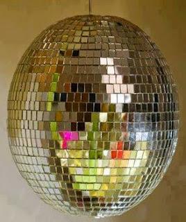 http://manualidadesdehogar.com/bola-de-luz-con-cds-reciclados/
