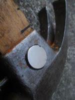 magnet pada palu untuk pembawa paku
