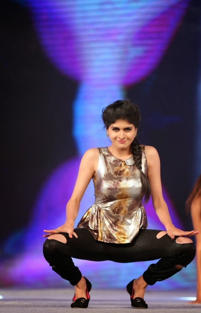 Actress Naveena  Dance Performance at Gama Awards Pictures Stills Gallery 16.JPG