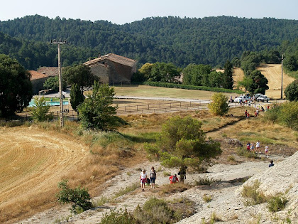 Vista del mas Barnils i els camps que l'envolen des de la Capella de la Mare de Déu del Roser