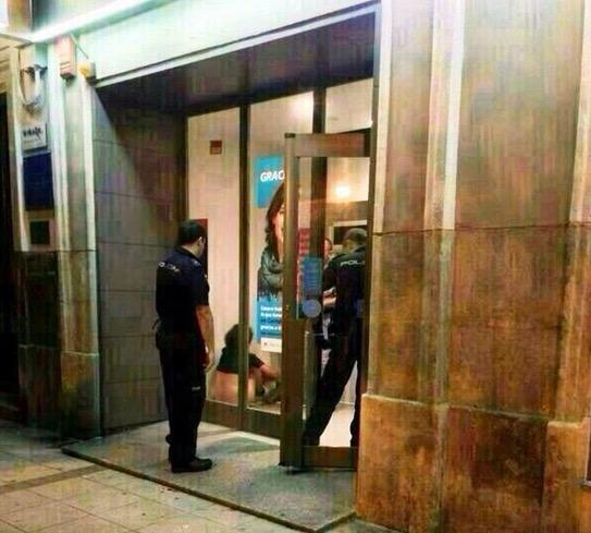 Terkejut Temui Pasangan Melakukan Seks di Mesin ATM