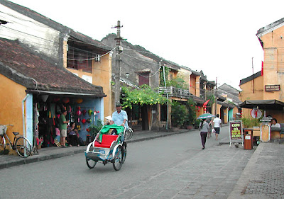 Along with young girl discovering Hoi An ancient town
