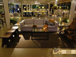 sofá branco,móveis de madeira, almofadas coordenadas, mesa de centro espelhada, decoração casamento