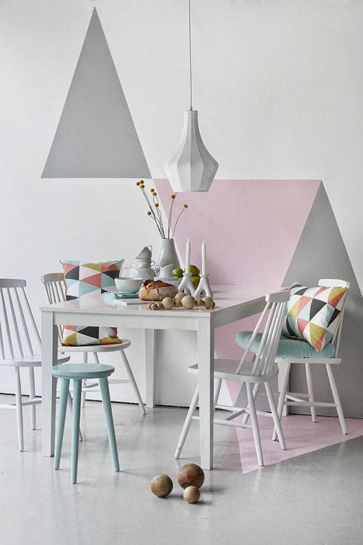 Pintura de pared en forma de triángulos en dos tonos