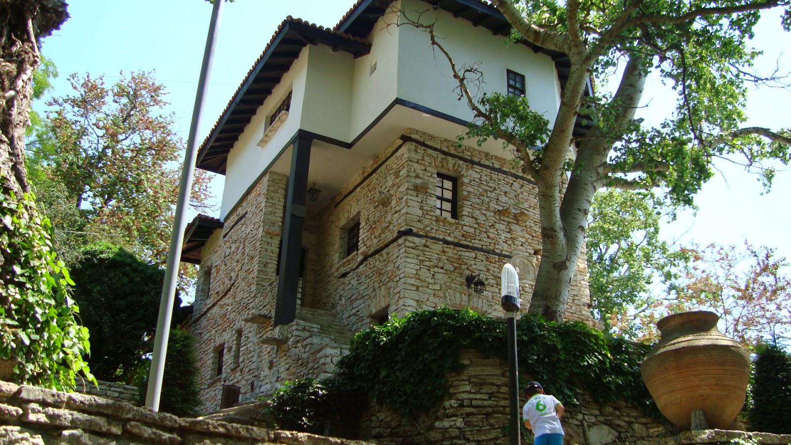 imagine din gradina Castelului Reginei Maria de la Balcic
