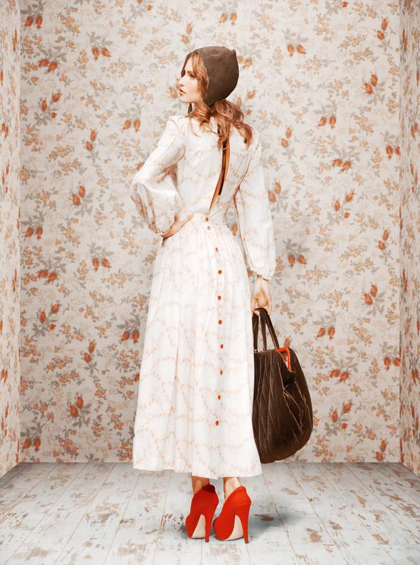 ...макси-юбки с тонкими водолазками и свитерами крупной вязки, платья в стиле baby-doll дополнять цветными перчатками...