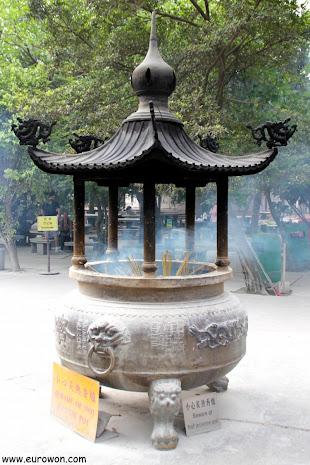 Quemador de incienso en el templo Po Lin de Hong Kong