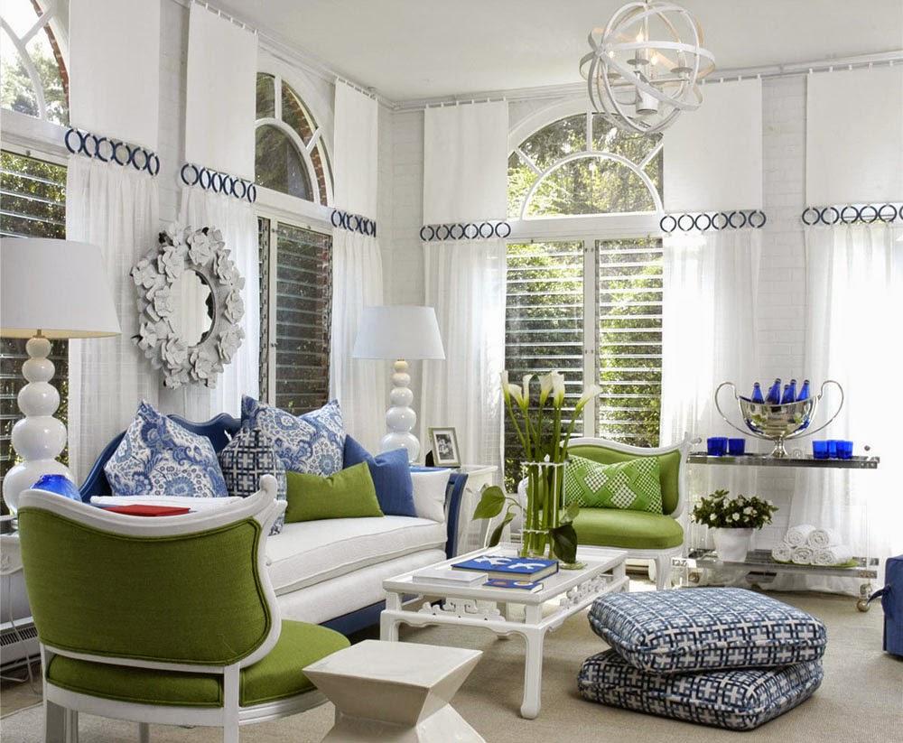 Ruang Tamu Warna Putih dengan Aksen Biru