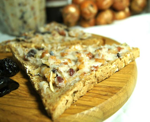 Smalec do smarowania chleba ze śliwkami suszonymi i cebulą