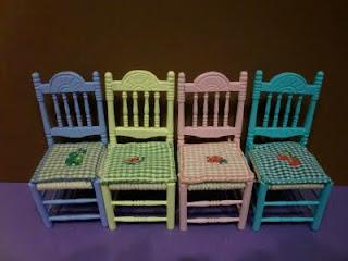 sillas en miniatura para casa de muñecas