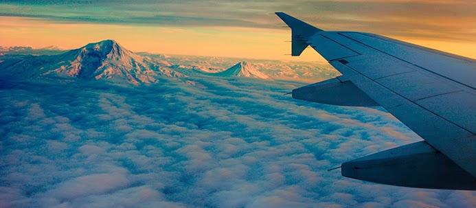 Avião sobre montanha