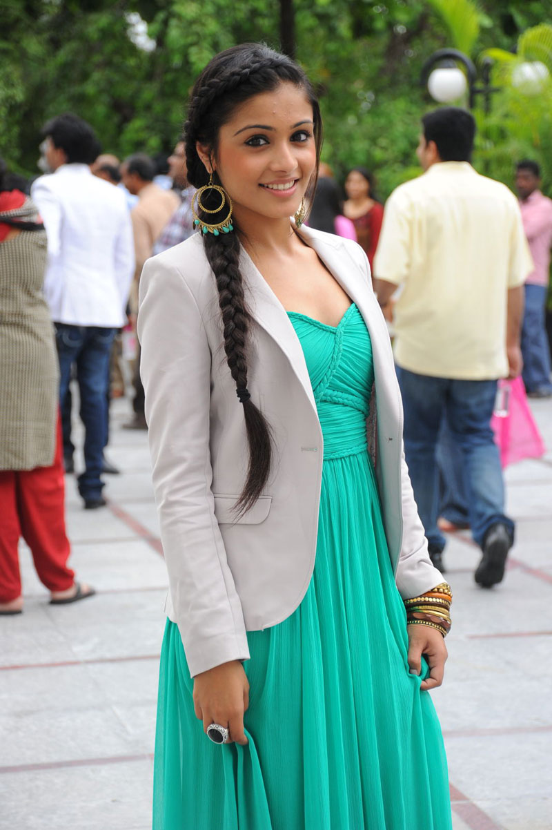 , South Actress Shagun Hot  Pics In Sleeveless Green Dress
