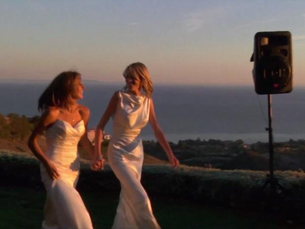 Anúncio publicado no YouTube apresenta duas mulheres se casando nos Estados Unidos (Foto: YouTube/Reprodução)