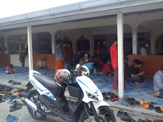 Ucus : Two straight row at Masjid Gelang Patah