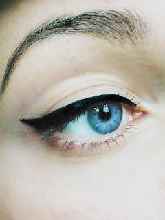 kreska na oku eyelinerem