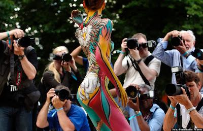 chica sexy con el cuerpo pintado y fotografos
