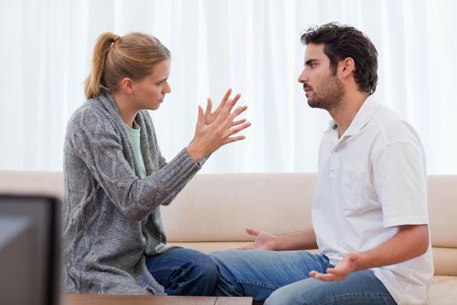 5 طرق لتتفادى الوصول الى الطلاق ! - زوجان يتشاجران - رجل وامرأة - man and woman fighting