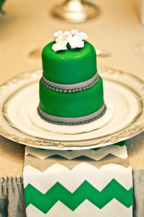 Mini tarta boda en el plato de cada invitado