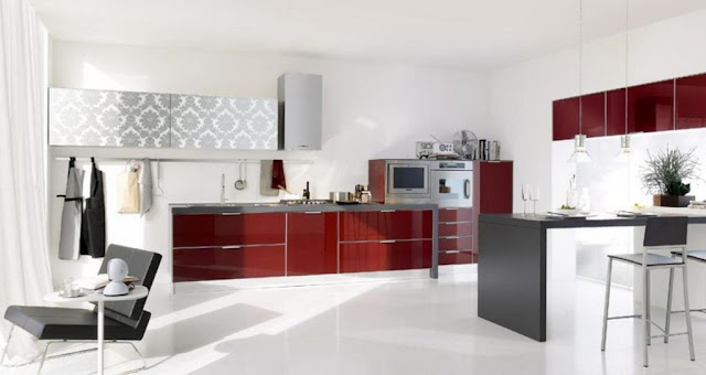 Cuisine rouge bordeau brillant implantation en I + coin repas, meubles hauts baroques et hotte design