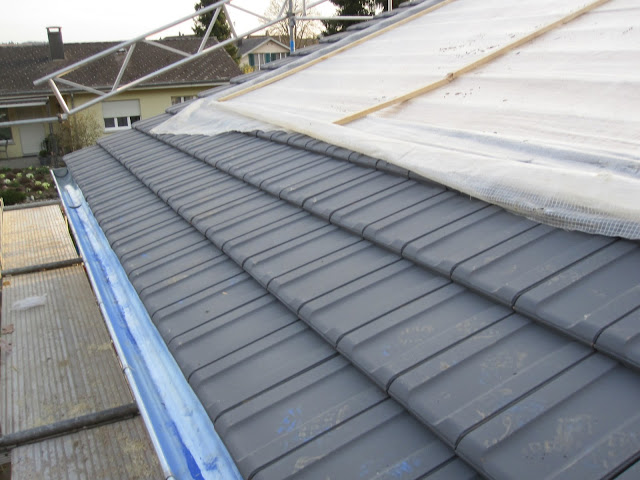 holzhaus wir bauen ein haus aus holz ziegel auf dem dach. Black Bedroom Furniture Sets. Home Design Ideas