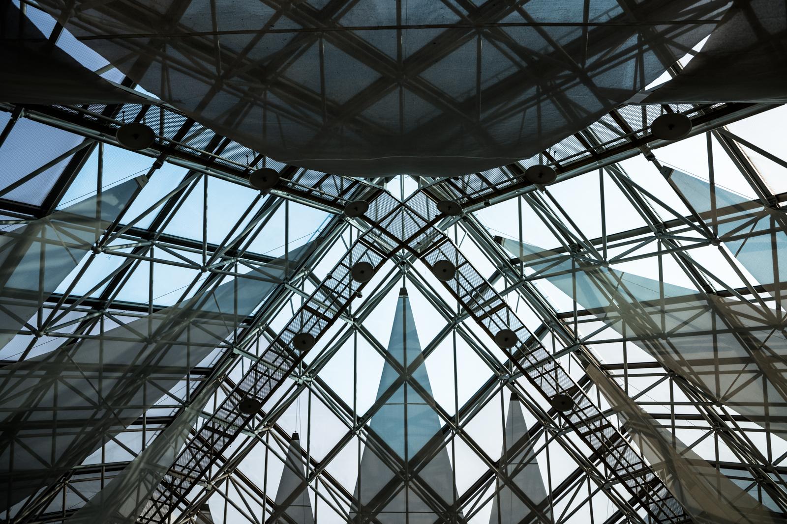 見上げて撮影したガラス張りの天井の写真