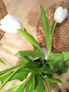 weisse Tulpen in neuer weisser Vase