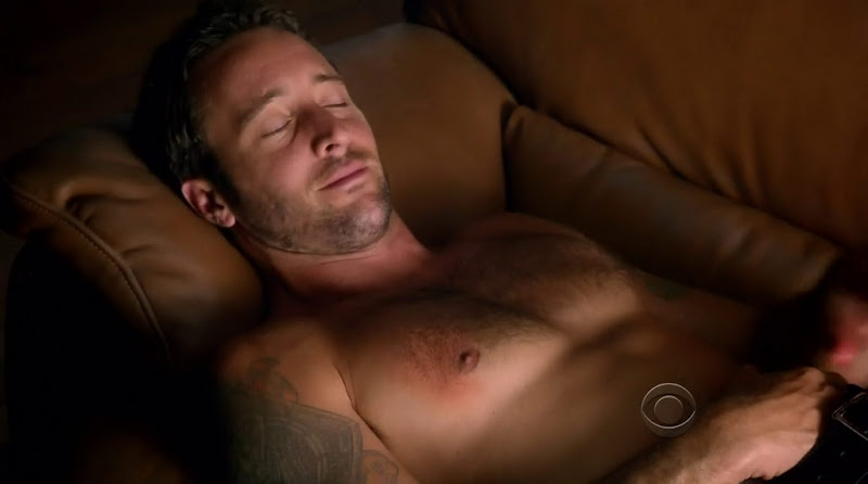 Alex O'Loughlin Shirtless in Hawaii Five-0 s2e01