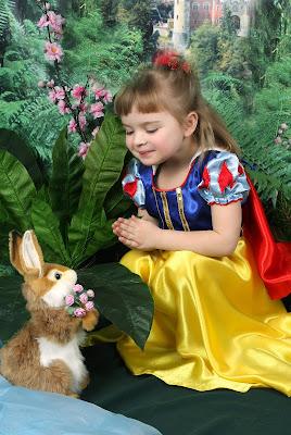 Blanca Nieves y su conejo charlan en el jardín
