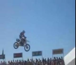 motos voadoras em saltos livres