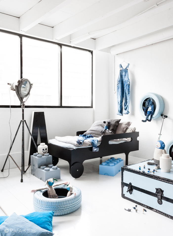 R toddler bed in dark finish  - styling Paulina Arcklin/photo Rafa-kids