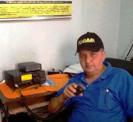 PU4MMR Carlos, em sua estação operando um IC-718