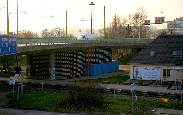 Centro cultural construído de engradados plásticos
