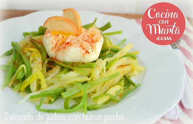 Receta de salteado de judías verdes, puerro, patatas y huevo pochado, poche, escalfado, nido, papel film. Fácil, rápida, sana, ligera.