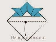 Bước 7: Gấp lớp giấy dưới cùng lên phía trên sao cho vào khe giữa của hai lớp giấy.