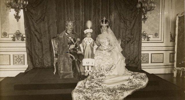 Nella foto Otto d'Asburgo fra i genitori a Budapest per il rito dell'incoronazione. Sul capo dell'Imperatore Carlo la Corona di Santo Stefano.