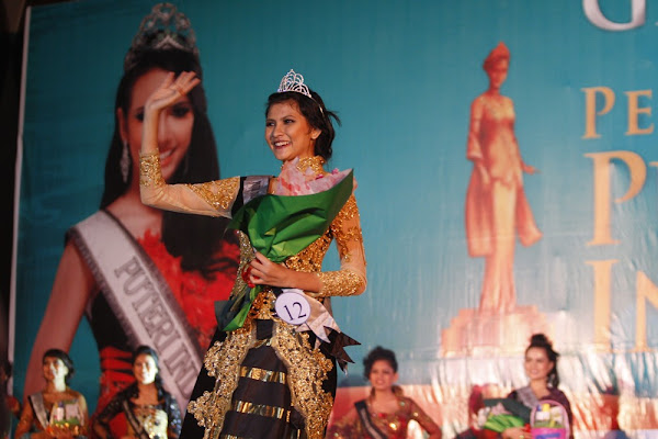 Miss Indonesia 2011 of Riau with her Indonesian Attire