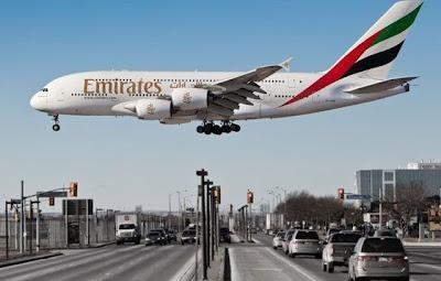 Avión enorme aterrizando cerca de la ciudad